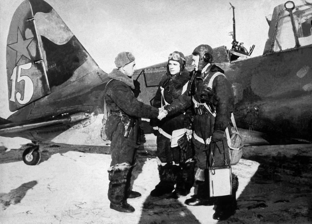 В период с 1939 по 1941 годы было построено более 800 ближних бомбардировщиков Су-2 и его глубокой модификации Су-4. На фото: Южный фронт. Комиссар эскадрильи З.Лещинер (слева) поздравляет с успешным выполнением боевого задания членов экипажа бомбардировщика Су-2 Павла Землякова и Григория Сивкова. 1941 год