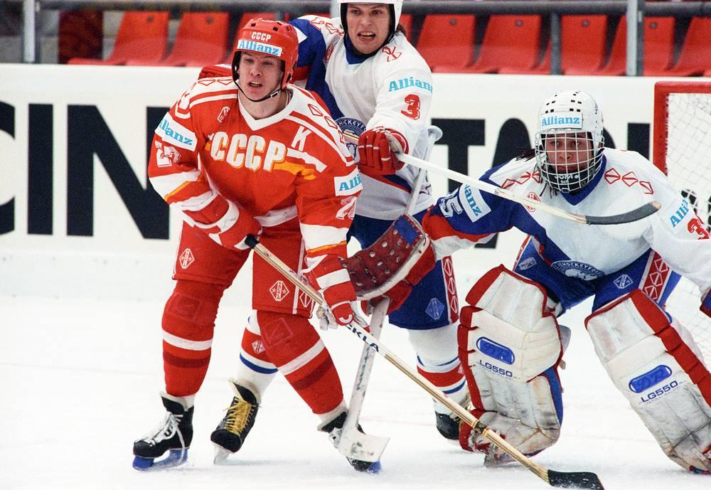 Капитан и нападающий сборной СССР Вячеслав Быков во время матча чемпионата мира-1990 против команды Норвегии
