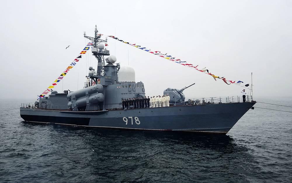 Ракетный катер проекта 12411М в акватории Амурского залива на генеральной репетиции парада кораблей на день ВМФ