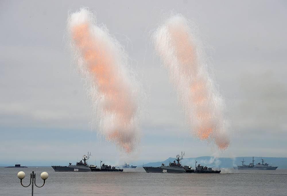 Парад кораблей на праздновании Дня Военно-морского флота России в акватории Амурского залива, Владивосток