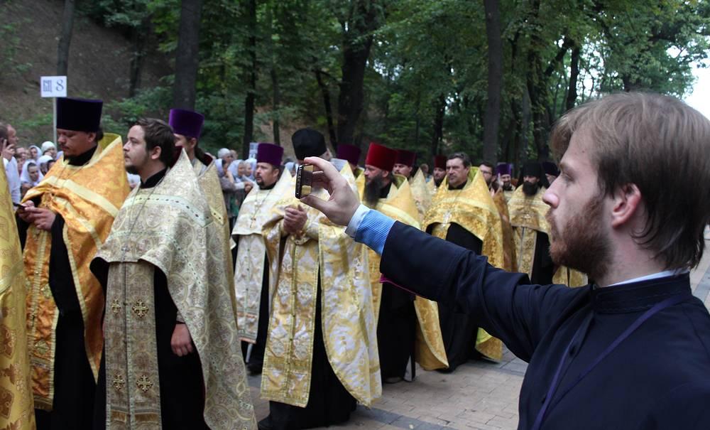 Священнослужащие во время крестного хода