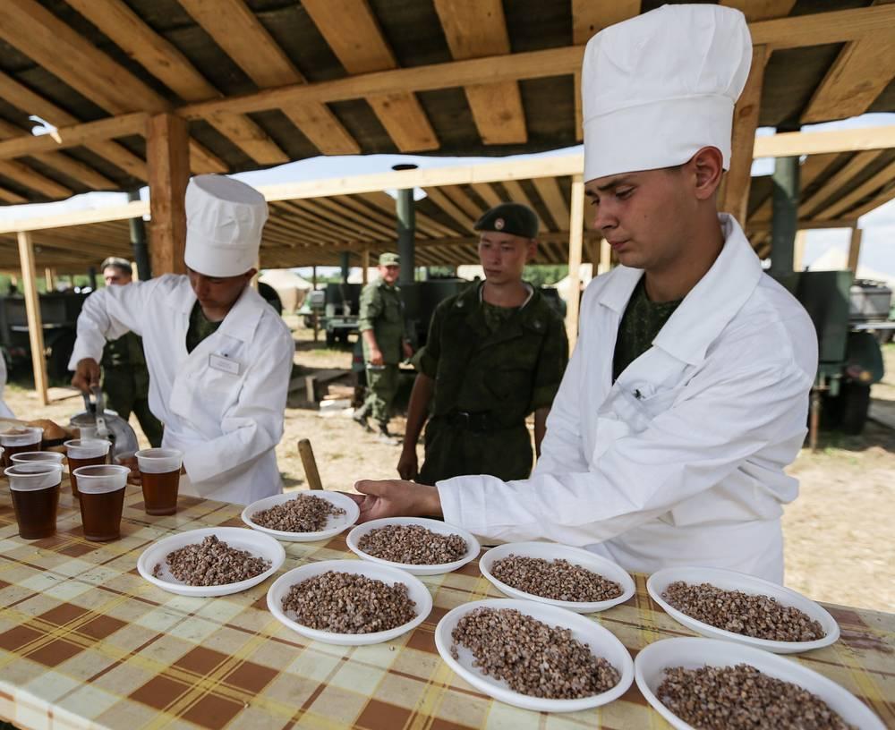 Военнослужащие занимаются организацией питания в паломническом городке, созданном для гостей торжеств в честь 700-летия со дня рождения преподобного Сергия Радонежского