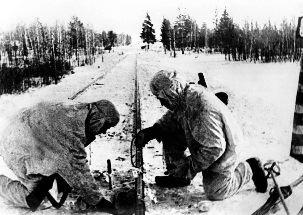 Группа десантников минирует железнодорожный путь. Оборона Москвы, 22 октября 1941 год