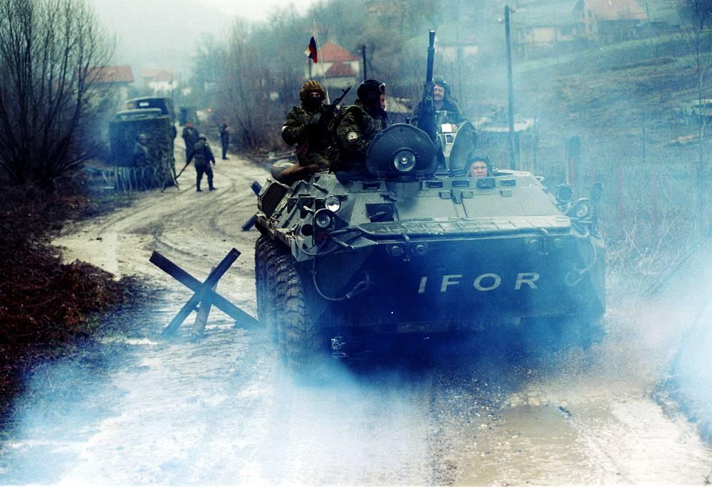 В расположении российской миротворческой бригады, контролировавшей 70-км отрезок линии разъединения между мусульманскими и сербскими районами в северо-восточной Боснии, находилось 12 контрольных постов. На фото: патруль псковских десантников, 29 апреля 1995 год