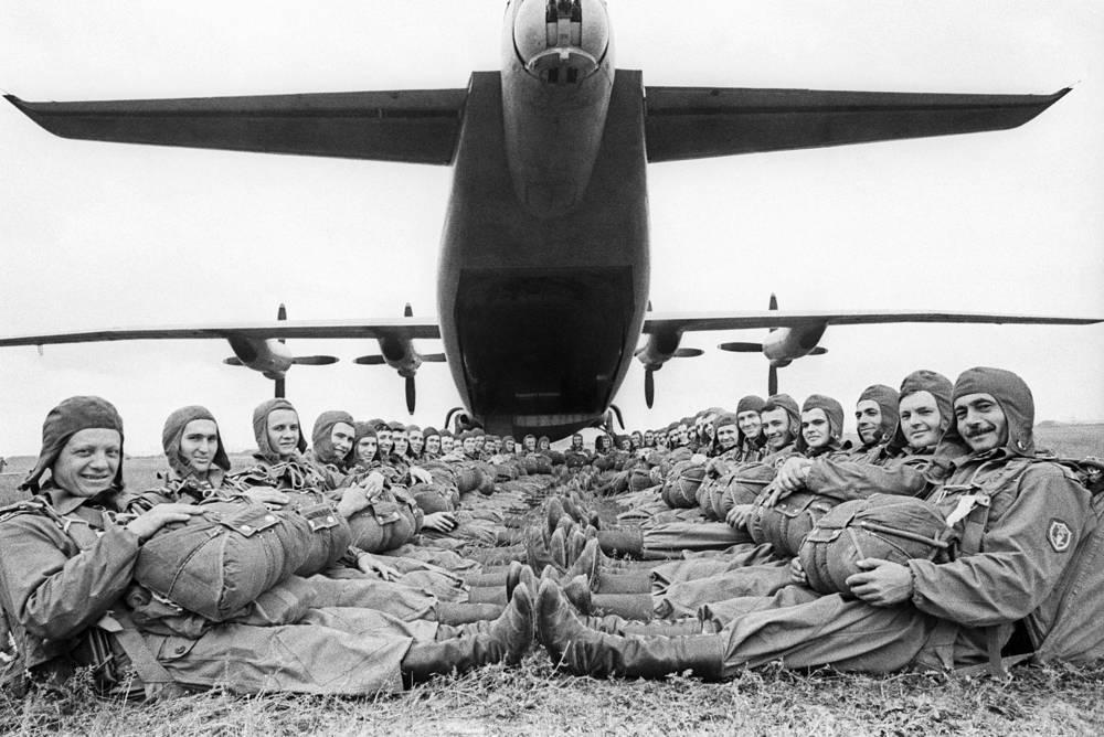 В послевоенный период в ВДВ была проведена работа по усилению огневой мощи и подвижности личного состава. На фото: десантники Закавказского военного округа, 26 сентября 1974 год