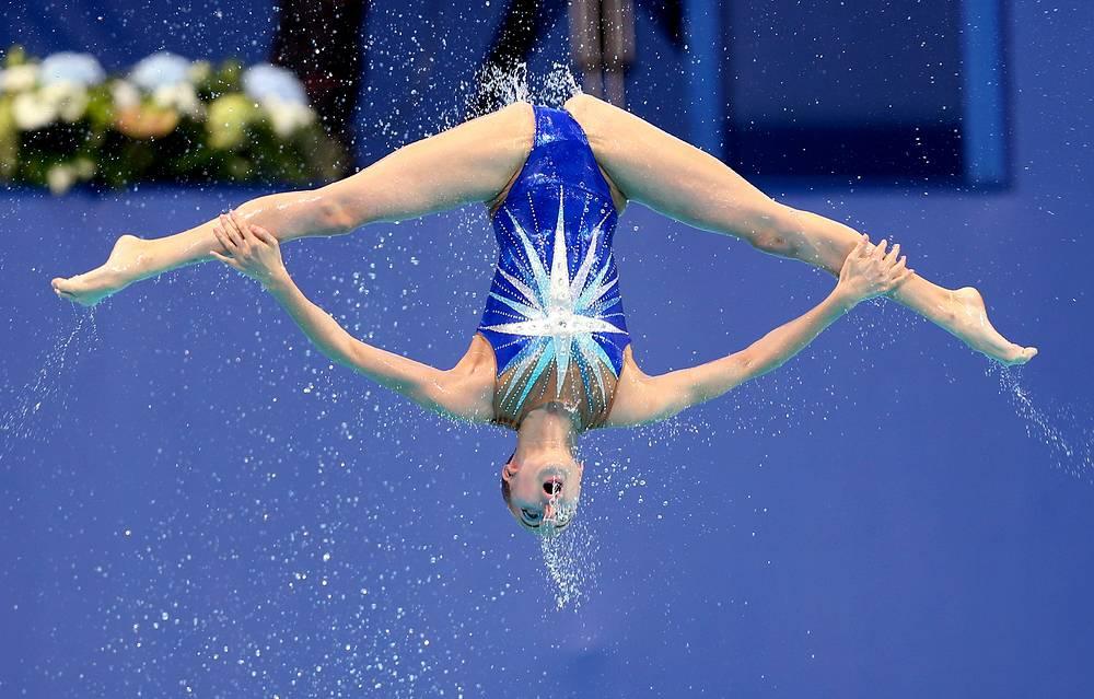 Российская спортсменка во время произвольной программы в предварительном раунде соревнований по синхронному плаванию среди групп, 28 июля