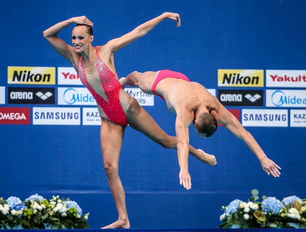 Представители сборной Италии Джорджио Минисини и Манила Фламини во время выступления с технической программой в предварительном раунде соревнований по синхронному плаванию среди смешанных дуэтов, 25 июля