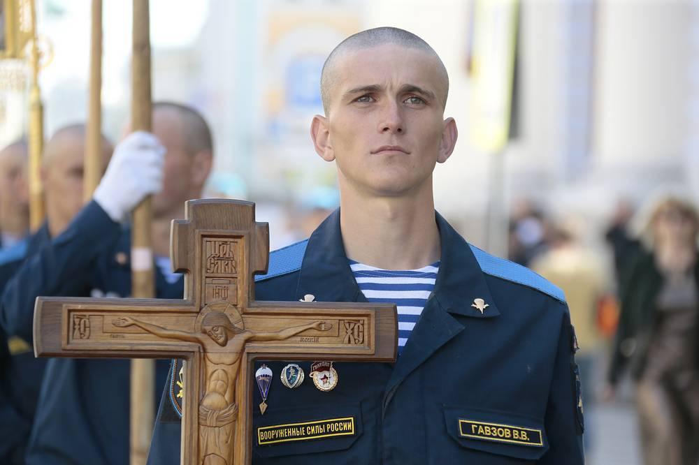 Военнослужащий перед крестным ходом в Москве
