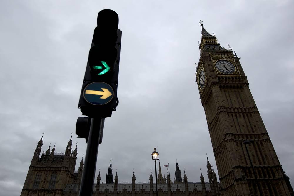В светофорах могут быть дополнительные секции в виде стрелок или их контуров, регулирующие движение в том или ином направлении. На фото: светофор в Лондоне, Великобритания, 2011 год