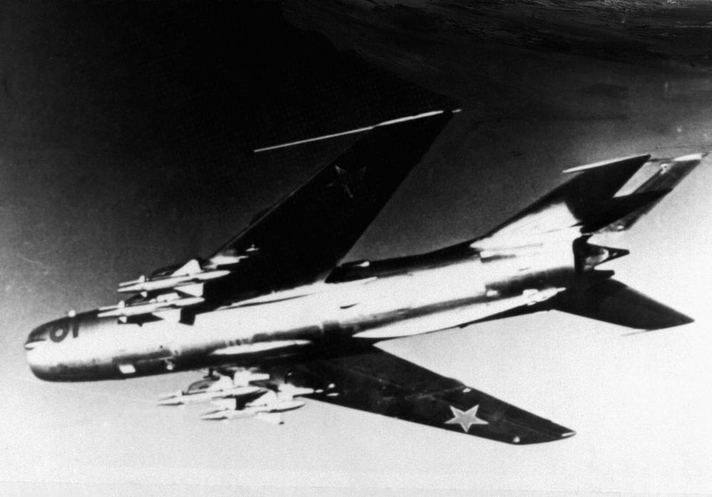 МиГ-19 - одноместный реактивный истребитель второго поколения был разработан в начале 1950-х годов