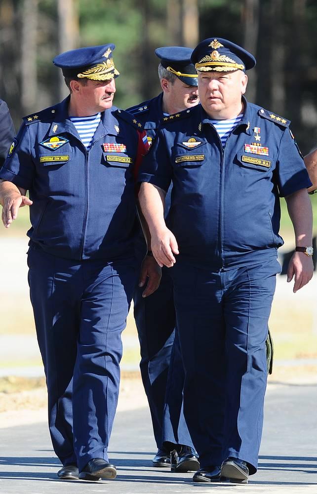 Командующий ВДВ РФ Владимир Шаманов (справа)