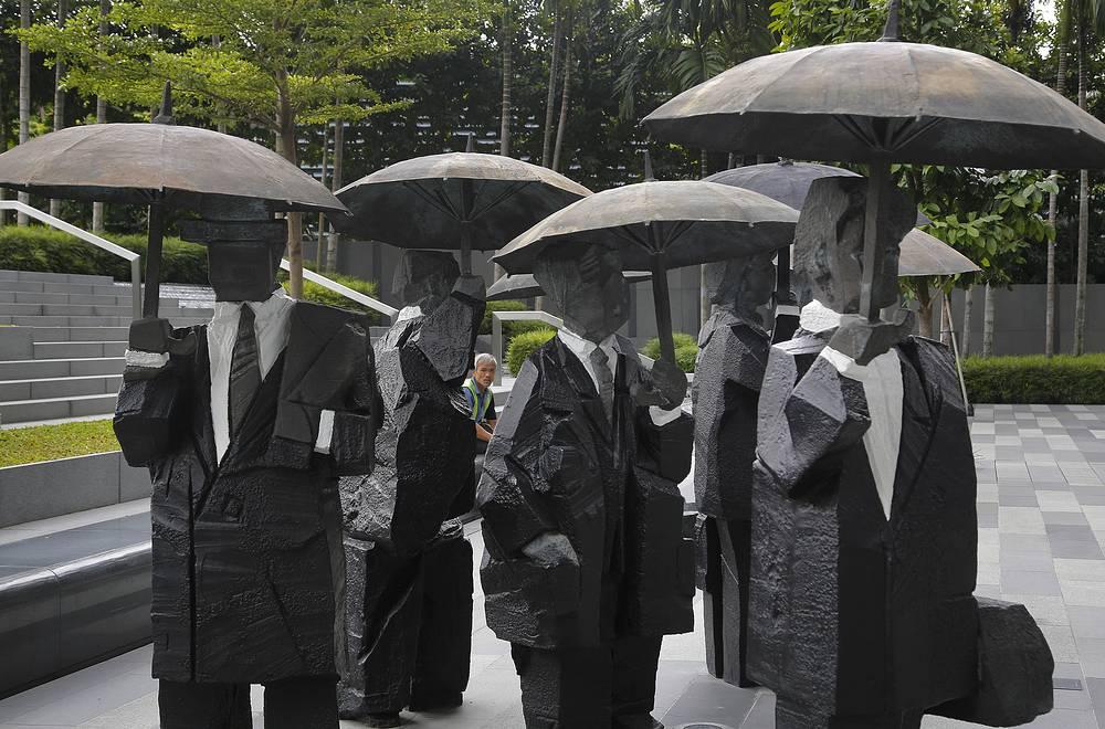 """Премьер-министр Ли Куан Ю неоднократно повторял, что успеха в построении эффективного государства удалось добиться благодаря искоренению взяточничества и бюрократизма. Его знаменитая фраза - """"начните с того, что посадите трех своих друзей: вы точно знаете за что, и они знают за что"""" - стала одним из главных принципов борьбы с коррупцией"""