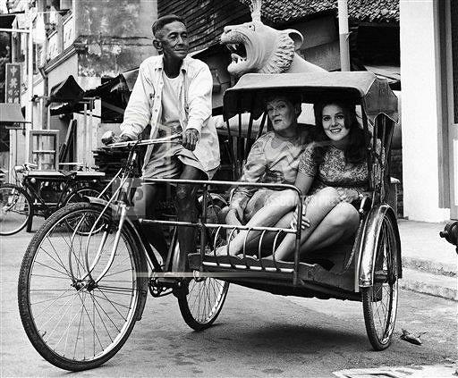 Власти Сингапура активно борются с пробками. Обладание автомобилем – довольно дорогое удовольствие: стоимость разрешения на право управления автомобилем составляет около 60 тыс. SGD (около $43,2 тыс.)и выдается на 10 лет. Из-за пошлин автомобили стоят дорого, кроме того стране много платных участков дорог. На фото: актриса Рэйчел Кемпсон с дочерью в Сингапуре, 1968 год