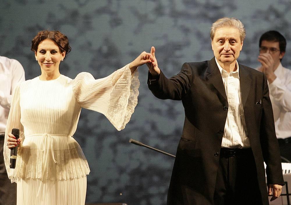 """Вениамин Смехов с дочерью во время выступления на музыкально-поэтическом представлении """"Двенадцать месяцев танго"""", 2010 год"""