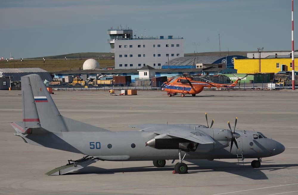 """Военно-транспортный самолет Ан-26 (по классификации NATO: Curl). В народе получил прозвища - """"Горбатый"""", """"Фантомас"""", """"Настя"""", """"Настенька"""". Является модификацией исходной модели Ан-24. Экипаж самолета - 6 человек. Может нести на борту 38 человек личного состава или до 30 десантников. Максимальная скорость - 540 км/ч, дальность полета - до 2660 км, практический потолок - 7300 м. Также может оснащаться авиабомбами калибром до 500 кг"""