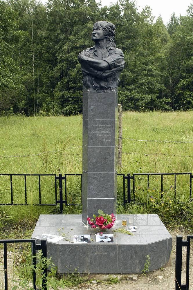 В 2002 году на месте аварии был установлен еще один памятник. В его основе одна из самых популярных фотографий музыканта, на которой он изображен со скрещенными руками