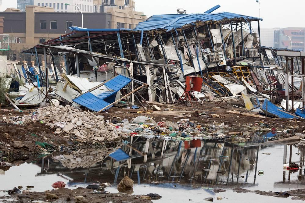 Спасатели не исключают, что под завалами рухнувших перекрытий поврежденного взрывом здания предприятия еще могут находиться люди