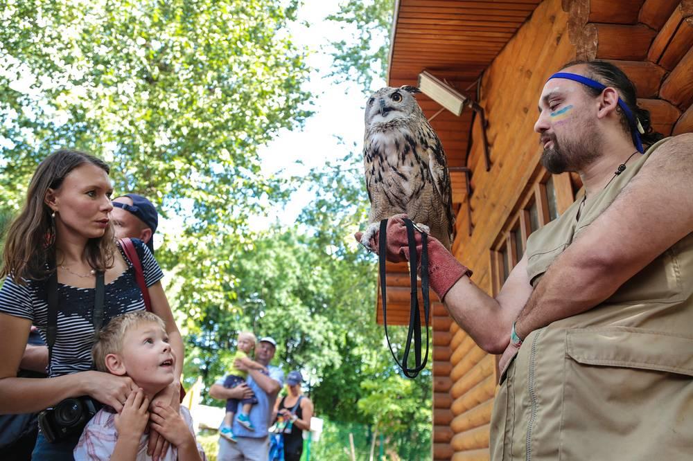 В зоопарке регулярно  проводятся  тематические экскурсии, интерактивные  занятия и  мастер-классы