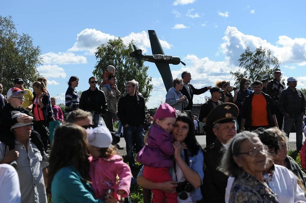 Зрители в сквере Героев во время открытия музейно-патриотического комплекса