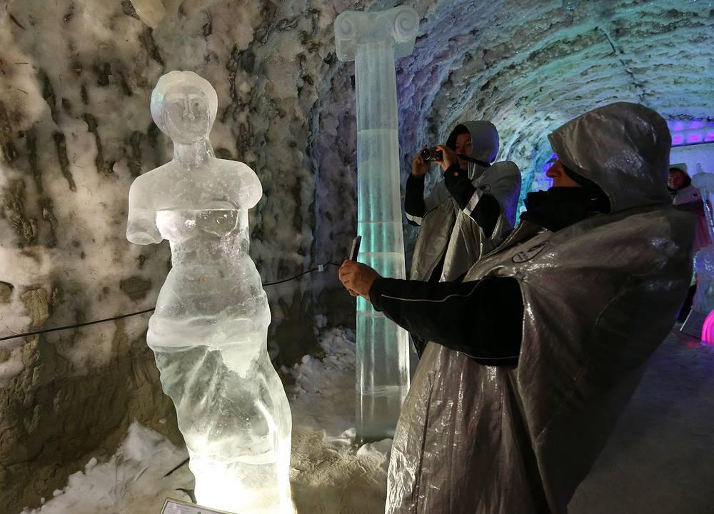 Туристы в ледяных пещерах «Царство вечной мерзлоты» в этно-усадьбе Атласовых Ус-Кут.  Республика Саха (Якутия)