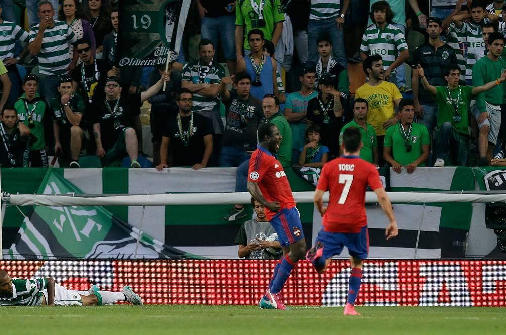 """Зоран Тошич (№7) поздравляет партнера по команде с первым голом после возвращения из """"Ромы"""""""