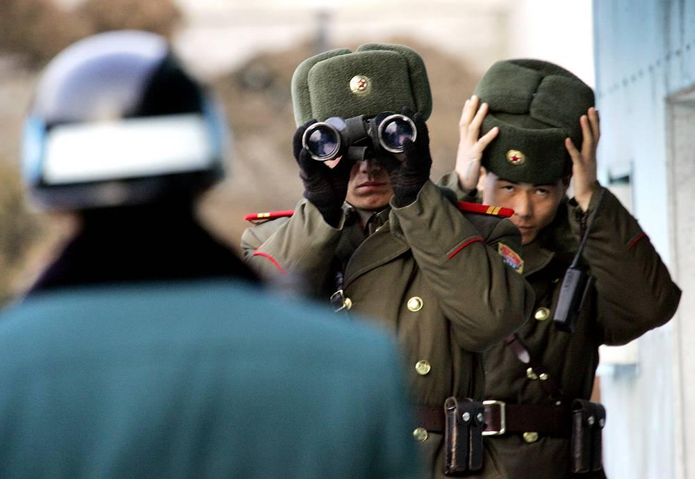 Обострение отношений происходило в 2006, 2009 и 2013 гг., когда КНДР проводила ядерные испытания.  На фото: северокорейские солдаты смотрят в сторону Южной Кореи в районе Демилитаризованной зоны, 2007 год
