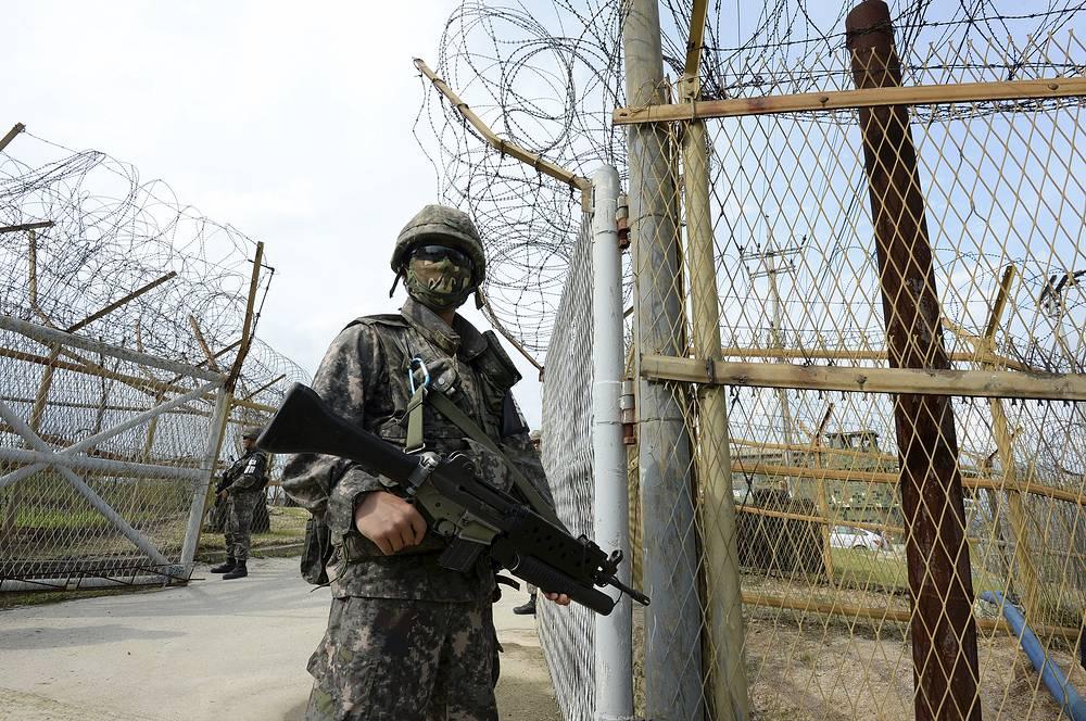 В мае 2014 г. КНДР заявила о готовности проведения четвертого ядерного испытания в целях защиты своего суверенитета.  На фото: южнокорейский солдат в городе Пхаджу на границе с КНДР, 2015 год