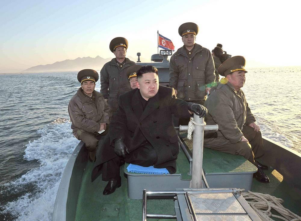 В 2014 г. были зафиксированы инциденты между двумя странами на море. 20 мая три военных корабля КНДР нарушили западную морскую границу с Республикой Корея в Желтом море. В ответ вооруженные силы РК были вынуждены открыть предупредительный огонь, после которого нарушители вернулись в свои воды. На фото: Ким Чен Ын недалеко от западной морской границы с Южной Кореей