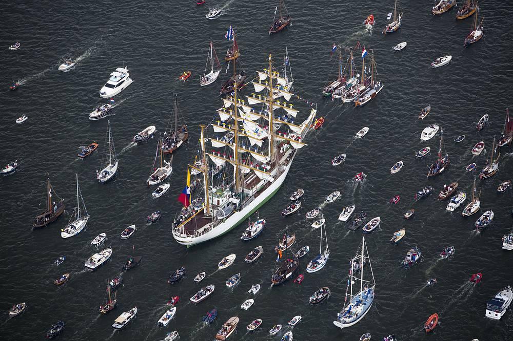 """С 19 по 23 августа в Амстердаме проходит международный фестиваль крупнейших парусников со всего мира. На фото: колумбийский парусник """"Глория"""""""