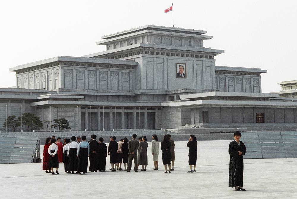 """""""Пхеньян"""" на корейском языке означает """"широкая земля"""", """"уютная местность"""". На фото: на площади перед мемориальным дворцом Кымсусан, мавзолеем основателя северокорейского государства Ким Ир Сена"""