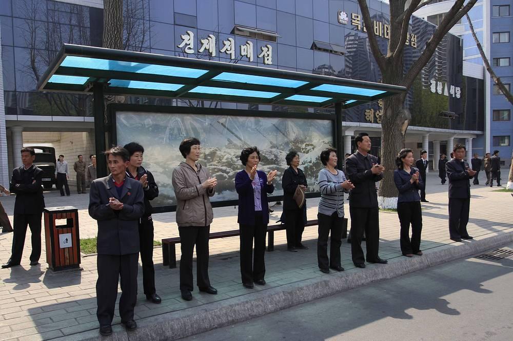 Правительство страны контролирует перемещение туристов по городу. До 2013 года иностранцам не разрешалось провозить в страну мобильные телефоны. На фото: автобусная остановка в Пхеньяне