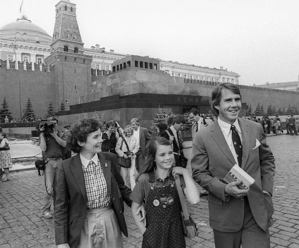 Саманта Смит с родителями Джейн и Артуром Смит на Красной площади. Москва, 11 июля 1983 года