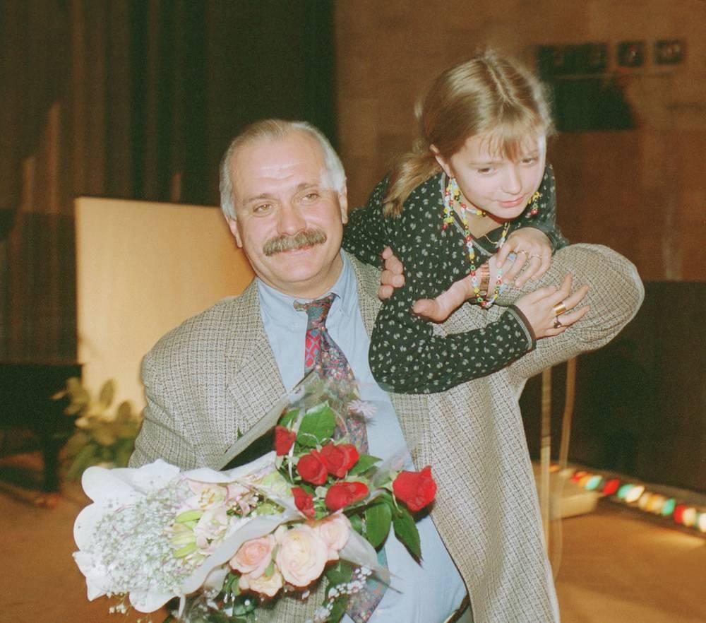 """Лауреат премии """"Оскар-95"""" за фильм """"Утомленные солнцем"""", режиссер Никита Михалков с дочерью Надей, 1995 год"""