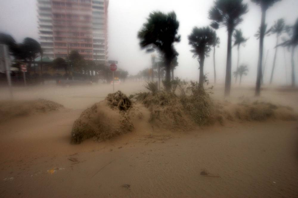 """Пляж в Форт-Лодердейл, штат Флорида. Вечером 25 августа ураган """"Катрина"""" пришел на юго-восточное побережье"""