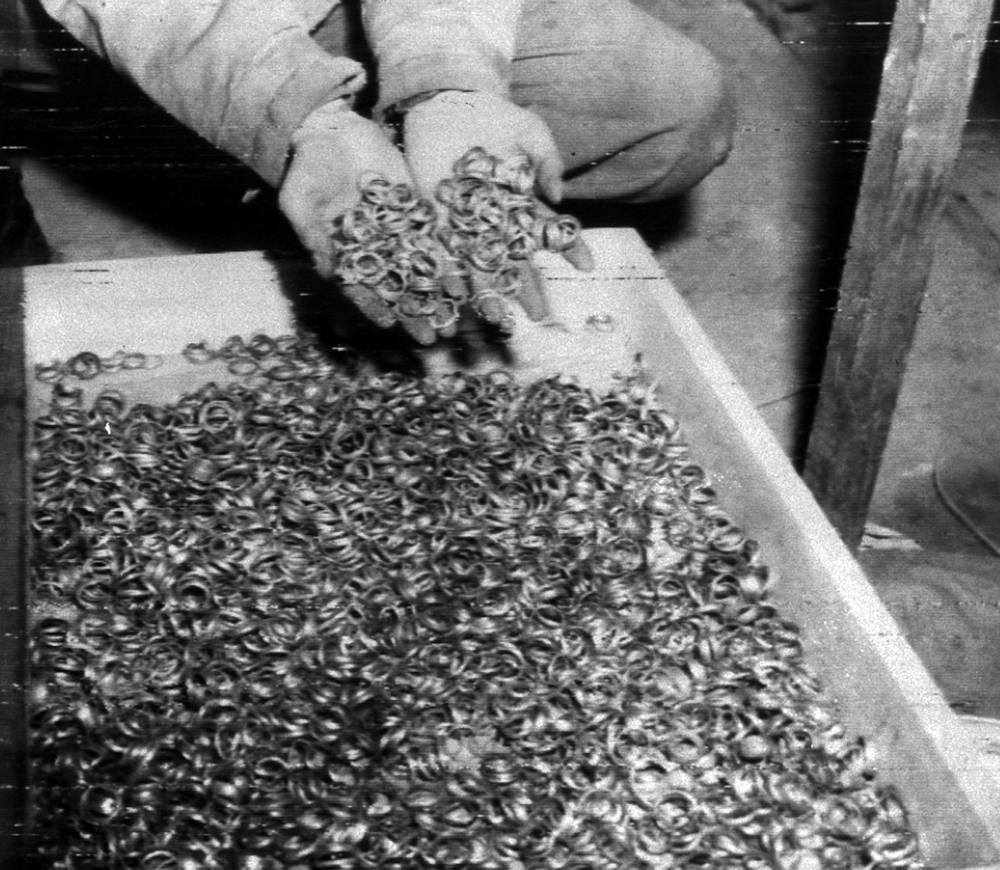 Кроме того, золото изымалось у простых людей, в первую очередь тех, кто попадал в концентрационные лагеря. У заключенных отбирали золотые кольца и прочие ювелирные украшения, часы и даже золотые коронки на зубы. На фото: обручальные кольца, найденные американскими солдатами у концентрационного лагеря Бухенвальд