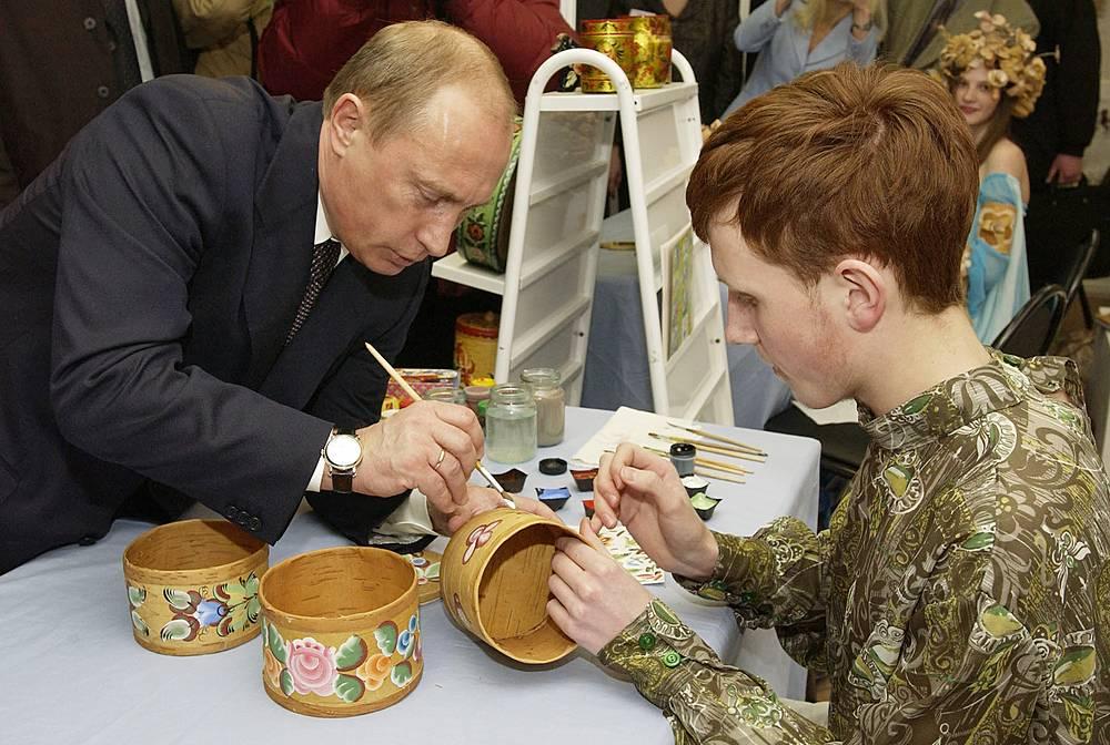Костромская область. Владимир Путин посетил Культурно-выставочный центр Костромы, где были представлены работы народных промыслов. 23 марта 2005 года