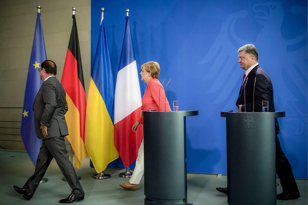 Президент Франции Франсуа Олланд, федеральный канцлер ФРГ Ангела Меркель и президент Украины Петр Порошенко после пресс-конференции по итогам встречи в Берлине, 24 августа