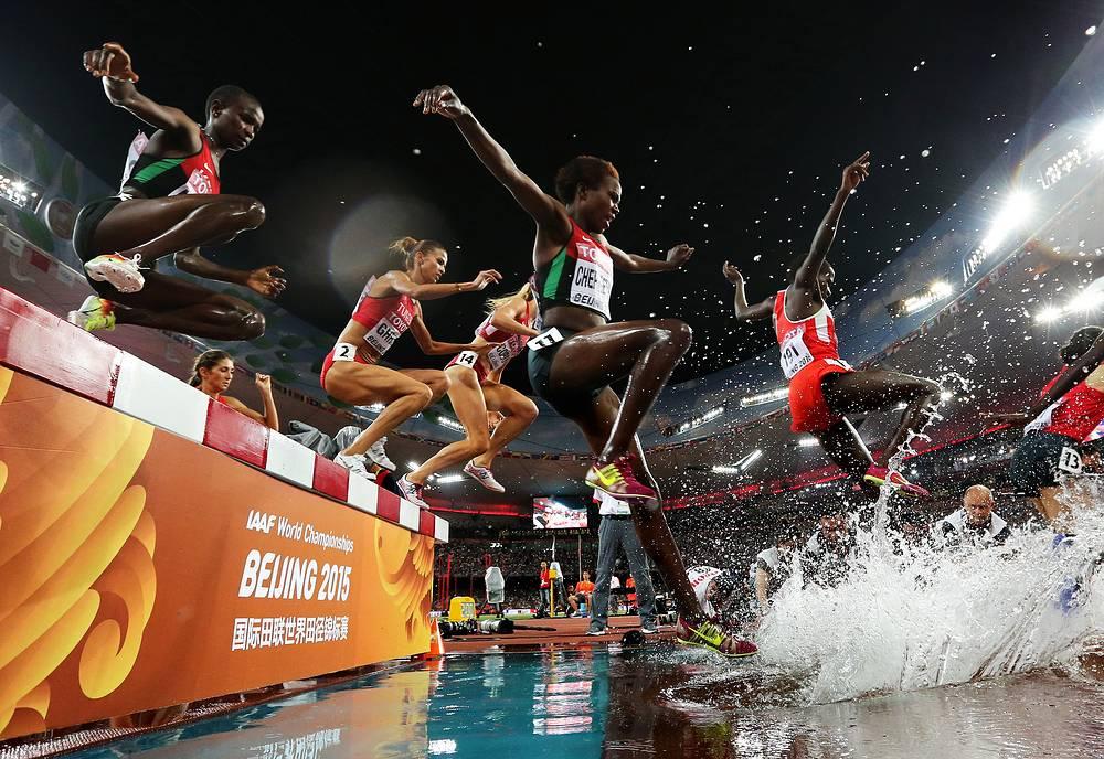Спортсменки в финальном забеге стипль-чез на 3000 м среди женщин на чемпионате мира по легкой атлетике в Пекине, 26 августа