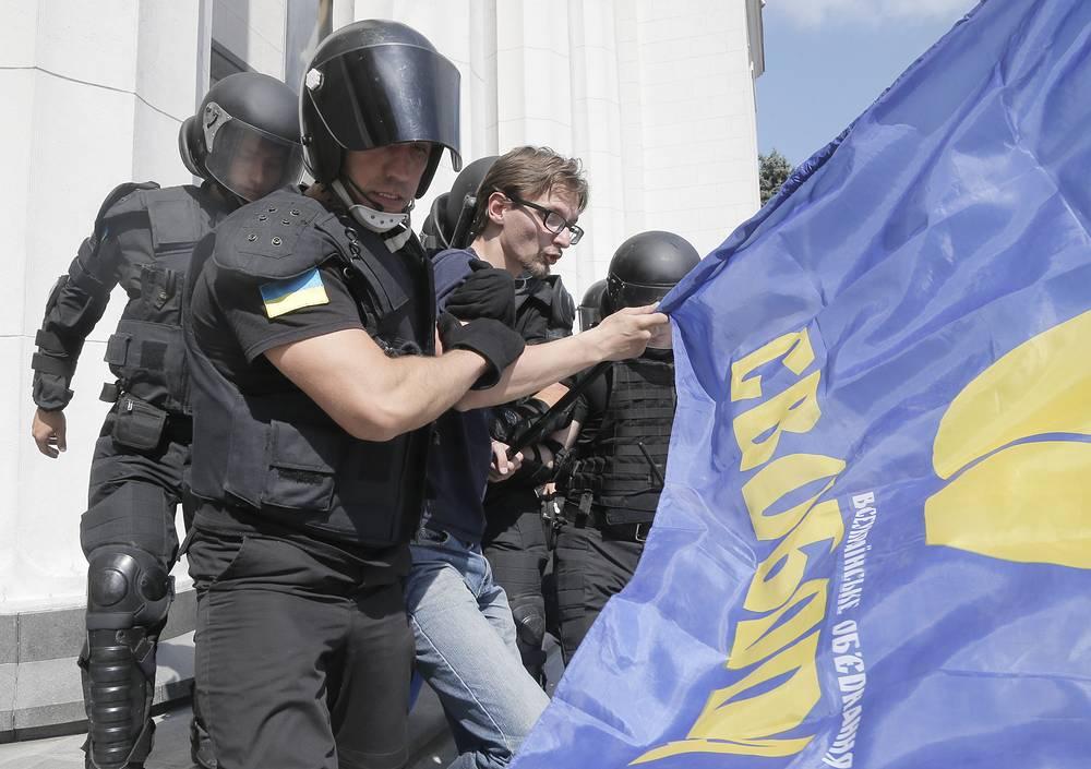 По словам советника министра МВД Украины Антона Геращенко, несколько милиционеров находятся в крайне тяжелом состоянии