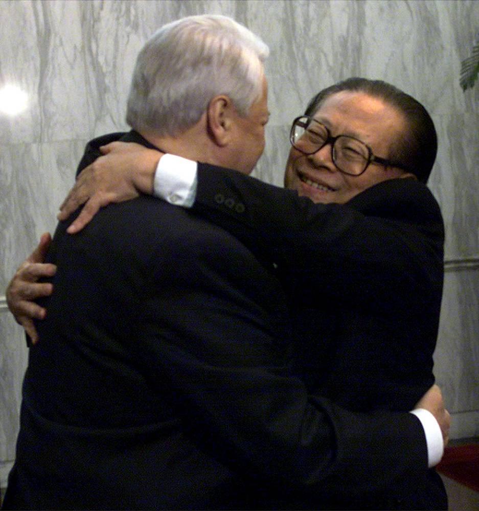 Итогом первого визита Ельцина в Пекин стало подписание 24 документов. На фото: Борис Ельцин и Цзян Цзэминь во время встречи в 1999 году