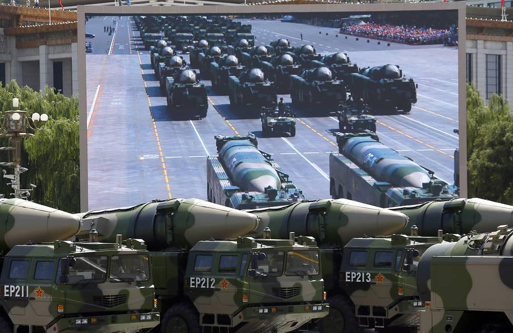 По площади также проследовали колонны самоходных артиллерийских установок, бронетранспортеров различных родов войск НОАК. На фото: военная техника на параде в Пекине