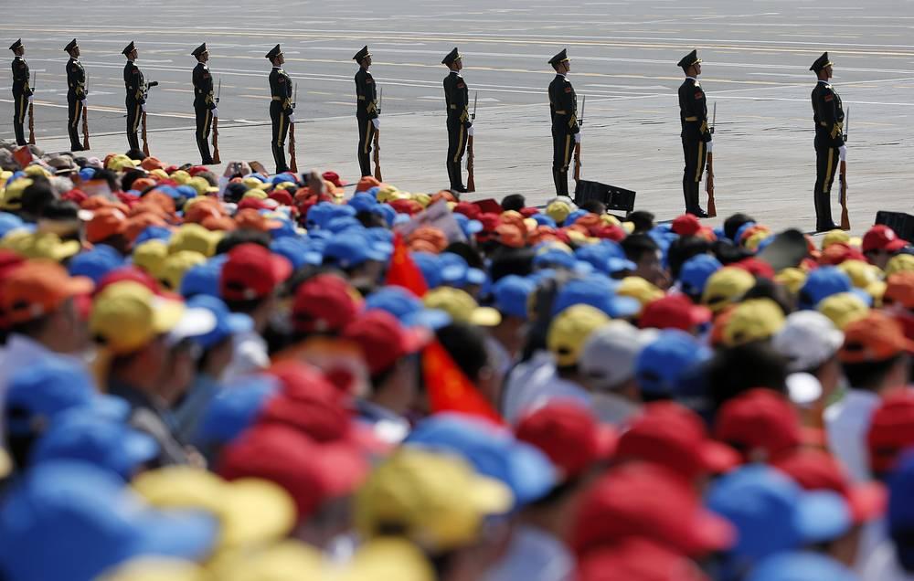 По официальным данным организаторов, в параде приняли участие около 12 тыс. военнослужащих. На фото: солдаты армии КНР