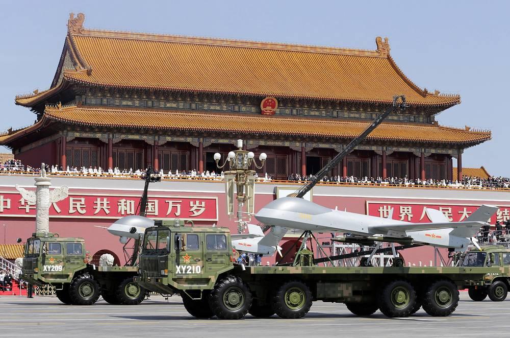 Межконтинентальные баллистические ракеты DF-5 и DF-31, беспилотные летательные аппараты Yilong китайской разработки стали наиболее интересными образцами военной техники, которые смогли увидеть присутствовавшие на параде. На фото: военная техника на параде в Китае