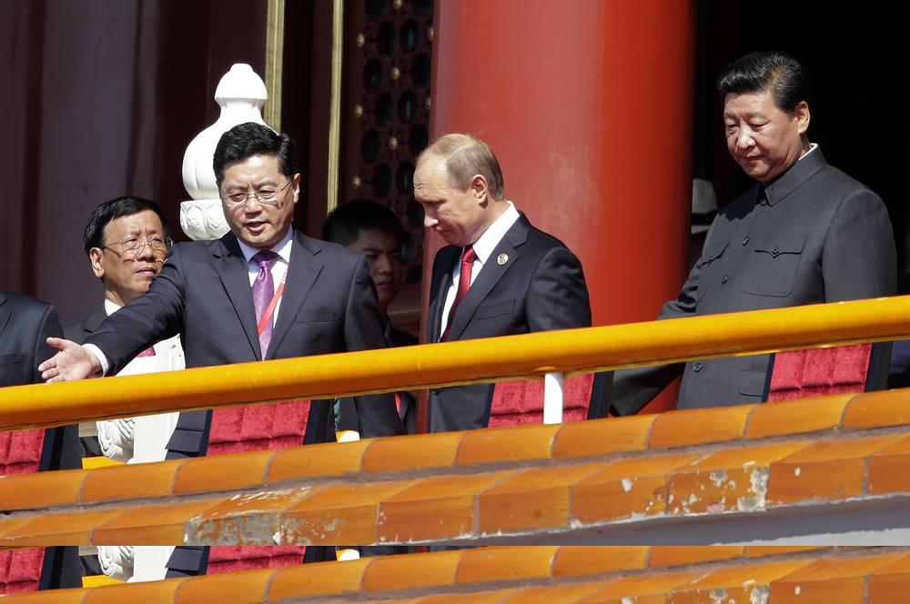 На протяжении всего парада на трибуне находились официальные лица из 49 стран мира, 30 из которых были представлены президентами и главами правительств. Среди гостей - президент России Владимир Путин. На фото: президент РФ Владимир Путин (в центре) и председатель КНР Си Цзиньпин (справа)