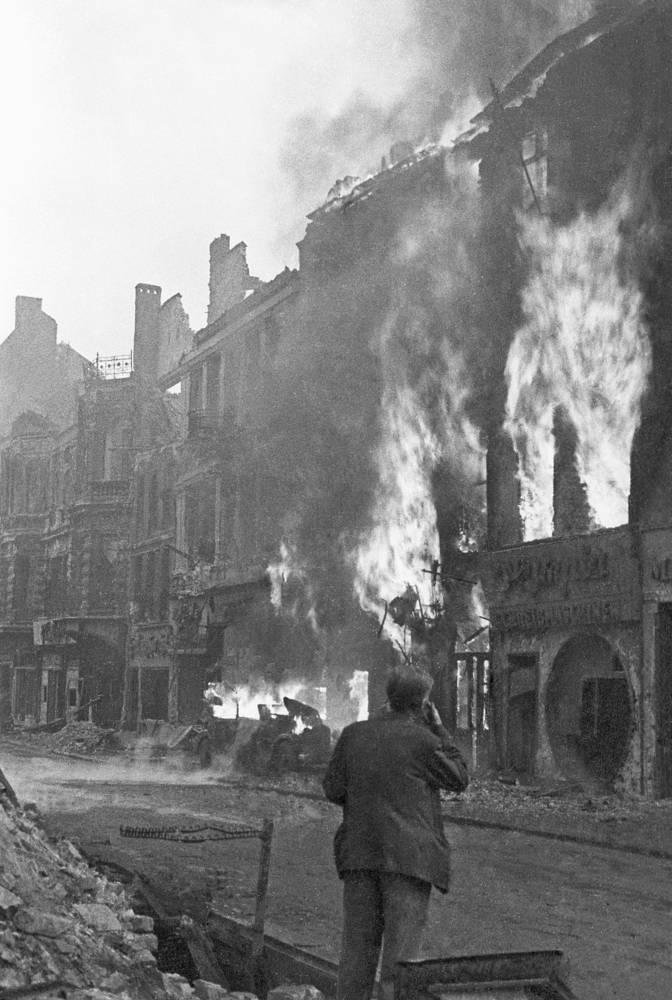 На улицах столицы Германии за час до объявления капитуляции Берлинского гарнизона, 1945 год