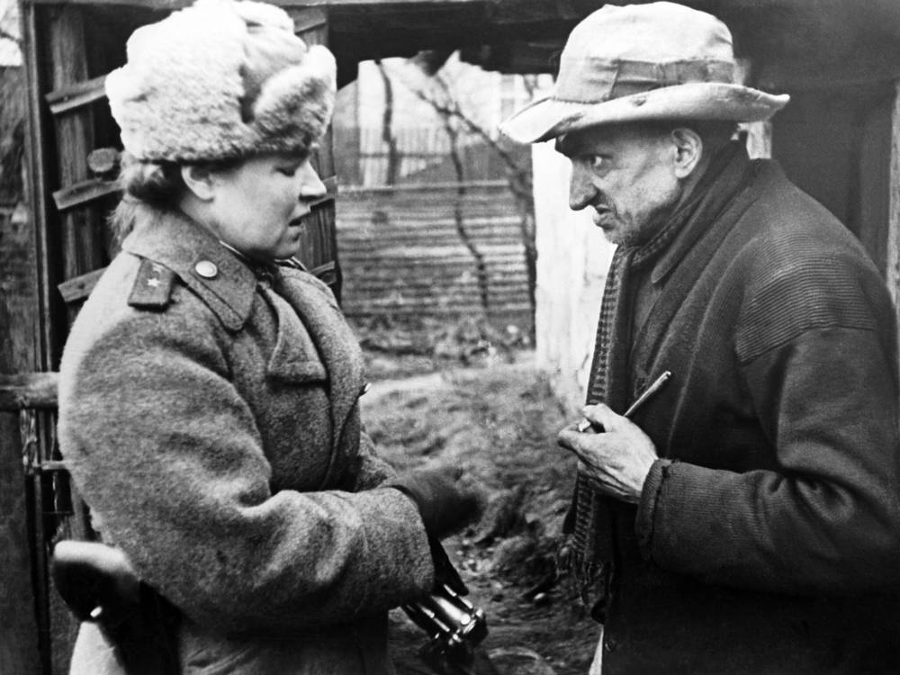 Германия. Советский военврач консультирует местного жителя, 1945 год