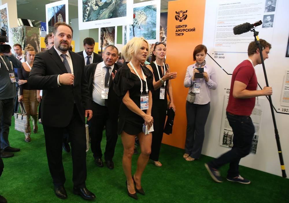 Защитница животных Памела Андерсон и министр природных ресурсов и экологии РФ Сергей Донской