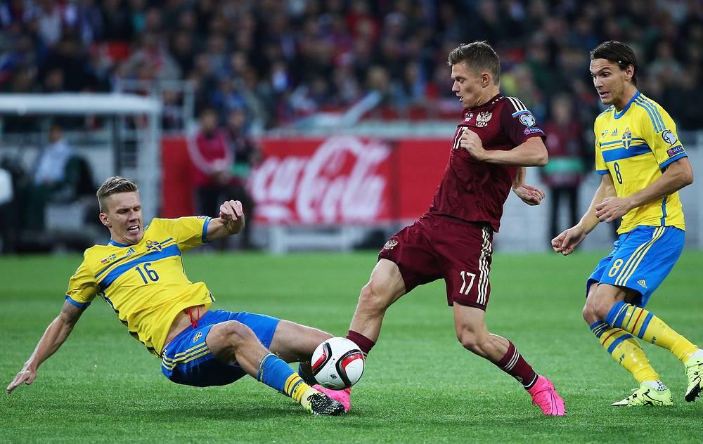 Российский полузащитник Олег Шатов против хавбека шведской сборной Понтуса Вернблума