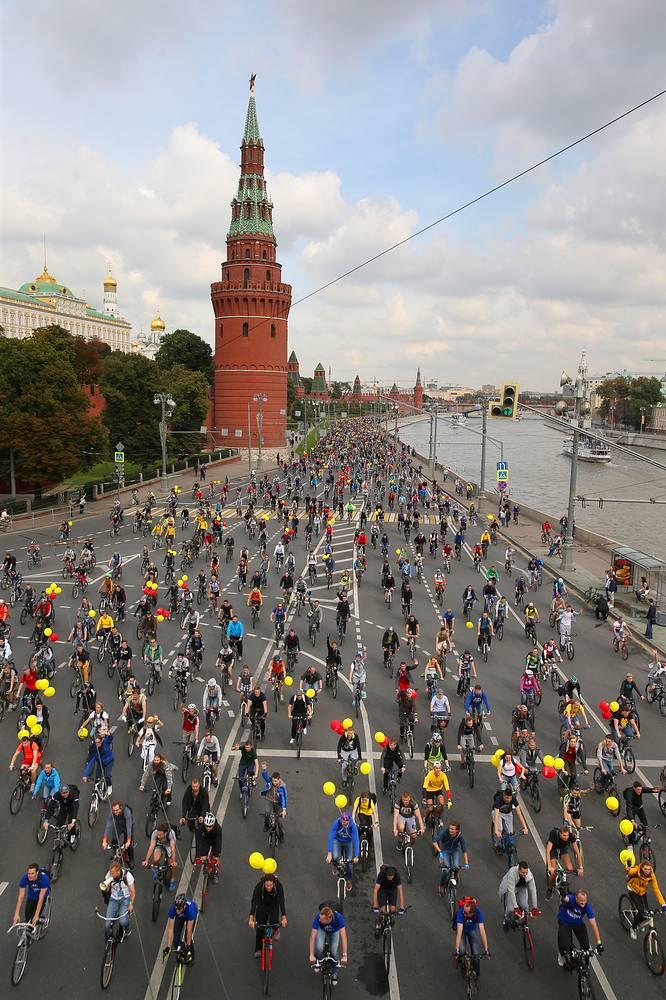 Велопарад в поддержку развития велосипедной инфраструктуры и за безопасность на дорогах, посвященный 868-летию столицы, на Кремлевской набережной