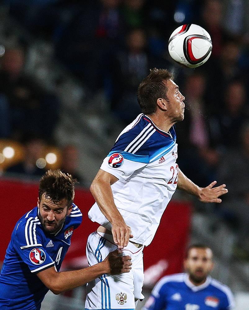Автор четырех мячей в ворота Лихтенштейна Артем Дзюба в борьбе с соперником в ходе отборочного матча чемпионата Европы по футболу 2016, 8 сентября